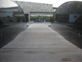 Naturalny kolor deski tarasowej w nowoczesnej architekturze.