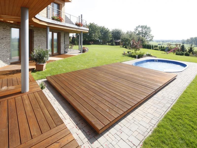 Drewno tarasowe to łącznik między naturą w ogrodzie, a domem.
